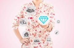 Γυναίκα που δείχνει ένα διαμάντι στην έννοια του τρόπου ζωής Στοκ φωτογραφίες με δικαίωμα ελεύθερης χρήσης