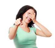 Γυναίκα που δείχνει και που γελά σε σας Στοκ Εικόνες