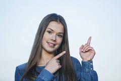 Γυναίκα που δείχνει και που χαμογελά Στοκ Φωτογραφία