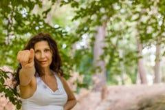 Γυναίκα που δείχνει προς το θεατή Στοκ Εικόνες