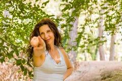 Γυναίκα που δείχνει προς το θεατή Στοκ φωτογραφία με δικαίωμα ελεύθερης χρήσης