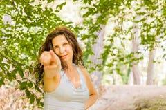 Γυναίκα που δείχνει προς το θεατή Στοκ εικόνα με δικαίωμα ελεύθερης χρήσης