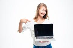 Γυναίκα που δείχνει το δάχτυλο σε μια κενή οθόνη Στοκ Φωτογραφίες