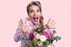 Γυναίκα που εκπλήσσεται με τη δέσμη των λουλουδιών Στοκ Εικόνες