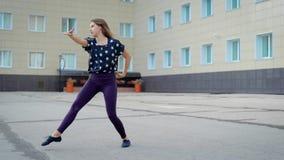 Γυναίκα που εκτελεί το σύγχρονο χορό απόθεμα βίντεο