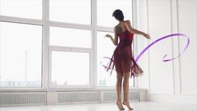 Γυναίκα που εκτελεί το χορό με την κορδέλλα φιλμ μικρού μήκους