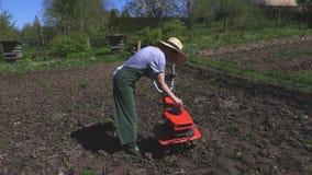 Γυναίκα που ελέγχει το επίπεδο πετρελαίου καλλιεργητών απόθεμα βίντεο