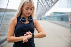 Γυναίκα που ελέγχει το ποσοστό καρδιών που χρησιμοποιεί Smartwatch μετά από Workout σε Brid στοκ φωτογραφίες με δικαίωμα ελεύθερης χρήσης