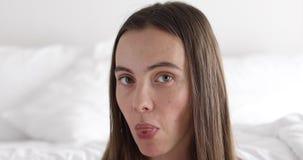 Γυναίκα που εμφανίζει γλώσσα φιλμ μικρού μήκους