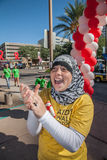 Γυναίκα που ενθαρρύνει τους συμμετέχοντες σε AIDSwalk Στοκ Εικόνα