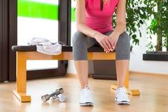 Γυναίκα που εξαντλείται ξανθή, στηργμένος μετά από τη γυμναστική workout στοκ φωτογραφία με δικαίωμα ελεύθερης χρήσης