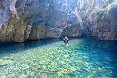 Γυναίκα που εξερευνά τη σπηλιά και το φαράγγι ποταμών στοκ εικόνα με δικαίωμα ελεύθερης χρήσης