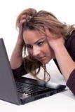 Γυναίκα που εξετάζει με προσήλωση την οθόνη lap-top της Στοκ Εικόνες