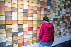 Γυναίκα που εξετάζει στο έκθεμα την τοπογραφία μουσείων του τρόμου, Γερμανία στοκ εικόνες