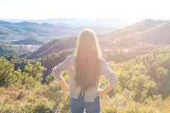 Γυναίκα που εξετάζει τα βουνά στοκ εικόνες