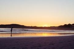 Γυναίκα που εξετάζει την άμμο στην παραλία του Λα Lanzada, άλσος Ο, Pontevedra, Γαλικία, Ισπανία r στοκ εικόνες