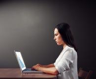 Γυναίκα που εξετάζει την αρνητική στατιστική Στοκ Εικόνα
