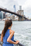 Γυναίκα που εξετάζει τη γέφυρα του Μπρούκλιν και τον ορίζοντα της Νέας Υόρκης στο θερινό ταξίδι Στοκ Φωτογραφία