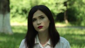 Γυναίκα που εξετάζει τη κάμερα, τις συγκινήσεις της μελαγχολίας και τη θλίψη απόθεμα βίντεο