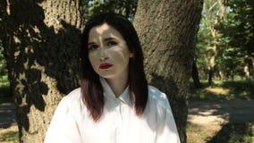 Γυναίκα που εξετάζει τη κάμερα, τις συγκινήσεις της μελαγχολίας και τη θλίψη φιλμ μικρού μήκους