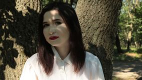 Γυναίκα που εξετάζει τη κάμερα, τις συγκινήσεις της μελαγχολίας και τη θλίψη ζουμ απόθεμα βίντεο