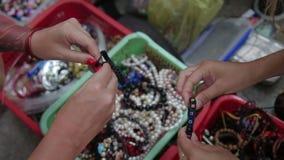 Γυναίκα που εξετάζει τις χάντρες απόθεμα βίντεο