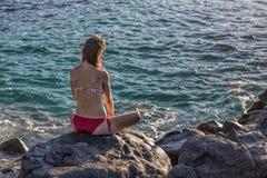 Γυναίκα που εξετάζει τον ωκεανό Στοκ φωτογραφία με δικαίωμα ελεύθερης χρήσης