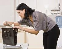 Γυναίκα που εξετάζει το αρχείο στοκ εικόνα