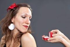 Γυναίκα που εξετάζει το δαχτυλίδι Στοκ εικόνα με δικαίωμα ελεύθερης χρήσης