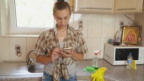 Γυναίκα που εξετάζει το τηλέφωνο απόθεμα βίντεο