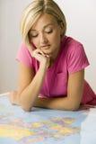 Γυναίκα που εξετάζει το χάρτη Στοκ φωτογραφία με δικαίωμα ελεύθερης χρήσης