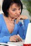 Γυναίκα που εξετάζει το lap-top της Στοκ φωτογραφία με δικαίωμα ελεύθερης χρήσης