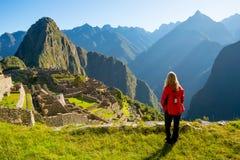 Γυναίκα που εξετάζει Machu Picchu στην ανατολή στοκ εικόνα