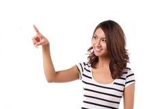 Γυναίκα που επιλέγει ή που δείχνει με ευτυχή Στοκ φωτογραφία με δικαίωμα ελεύθερης χρήσης