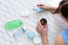 Γυναίκα που επιλέγει τα προϊόντα ενός skincare Στοκ φωτογραφία με δικαίωμα ελεύθερης χρήσης