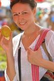 Γυναίκα που επιλέγει τα φρούτα στην αγορά στοκ φωτογραφία με δικαίωμα ελεύθερης χρήσης