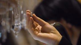 Γυναίκα που επιλέγει το κρεμαστό κόσμημα κοσμήματος στη μπουτίκ, ακριβό δώρο διαμαντιών, πλούτος απόθεμα βίντεο