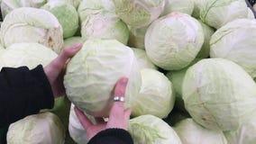 Γυναίκα που επιλέγει το λάχανο στην αγορά Ακατέργαστα τρόφιμα, χορτοφάγος έννοια απόθεμα βίντεο