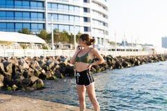 Γυναίκα που επιλύει στην παραλία Στοκ εικόνες με δικαίωμα ελεύθερης χρήσης