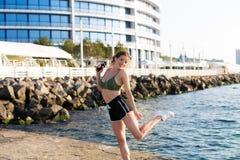 Γυναίκα που επιλύει στην παραλία Στοκ εικόνα με δικαίωμα ελεύθερης χρήσης