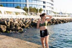 Γυναίκα που επιλύει στην παραλία Στοκ Φωτογραφίες