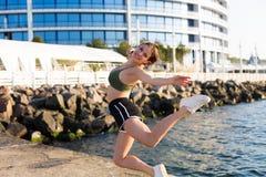 Γυναίκα που επιλύει στην παραλία Στοκ φωτογραφίες με δικαίωμα ελεύθερης χρήσης