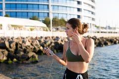Γυναίκα που επιλύει στην παραλία Στοκ Εικόνες
