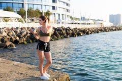 Γυναίκα που επιλύει στην παραλία Στοκ Εικόνα