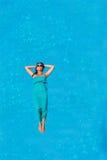 Γυναίκα που επιπλέει επάνω από το νερό λιμνών Στοκ φωτογραφίες με δικαίωμα ελεύθερης χρήσης
