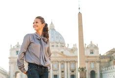 Γυναίκα που επισκέπτεται στην πλατεία SAN Pietro σε Βατικανό Στοκ Φωτογραφία