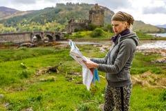 Γυναίκα που επισκέπτεται το σκωτσέζικο Castle Στοκ Φωτογραφίες
