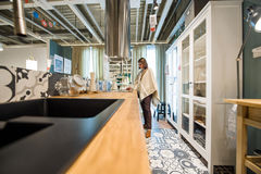 Γυναίκα που επιλέγει τα έπιπλα κουζινών Στοκ Εικόνες