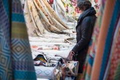 Γυναίκα που επιλέγει το κλωστοϋφαντουργικό προϊόν Στοκ Φωτογραφία