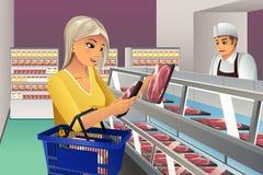Γυναίκα που επιλέγει το παγωμένο κρέας ελεύθερη απεικόνιση δικαιώματος